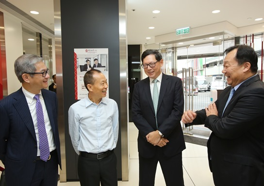 Mr Norman Chan, Chief Executive of the HKMA (second from the right) and Mr Raymond Li, Chief Executive Officer of the Hong Kong Mortgage Corporation (first from the left) learn from Mr Yue Yi (first from the right), Vice Chairman and Chief Executive of the Bank of China (Hong Kong) Limited (BOCHK) about the expansion of the coverage of SME services offered by the bank, and chat with a SME customer (second from the left) to understand the latest situation concerning the operations and financing of SMEs.