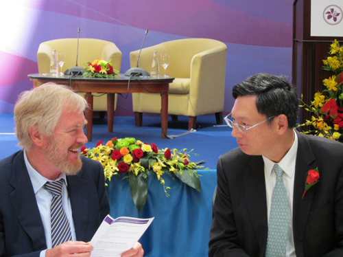 Photo 2:Norman Chan exchanges thoughts with Sergey Storchak, Deputy Finance Minister of the Russian Federation at the renminbi seminar.