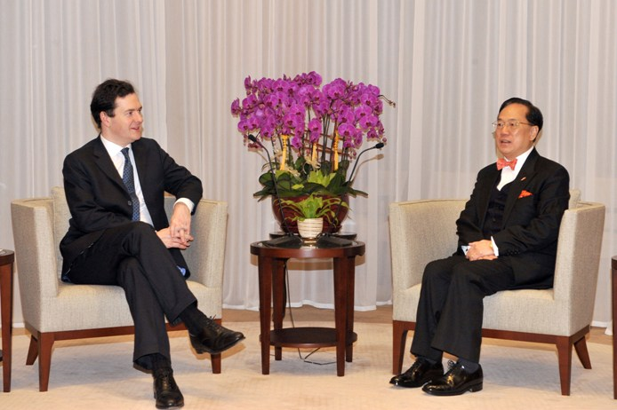 Photo 2:Mr Tsang and Mr Osborne exchange views on issues of mutual concern.