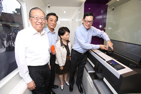 Mr Norman Chan, Chief Executive of the HKMA, Ms Lydia Chan, Head(Currency) of the HKMA, Mr Stanley Ying, Permanent Secretary for Transport & Housing (Housing) cum Director of Housing, and Mr Charles Lee, Vice Patron, Community Chest, (from right to left) demonstrate the functions of the coin counting machine in the Coin Cart.