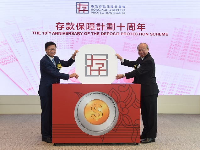 Professor Michael Hui King-man, Chairman (right) and Mr Li Shu-pui, Chief Executive Officer (left) of the Hong Kong Deposit Protection Board officiate at the celebration ceremony of the 10th Anniversary Luncheon of the Deposit Protection Scheme.