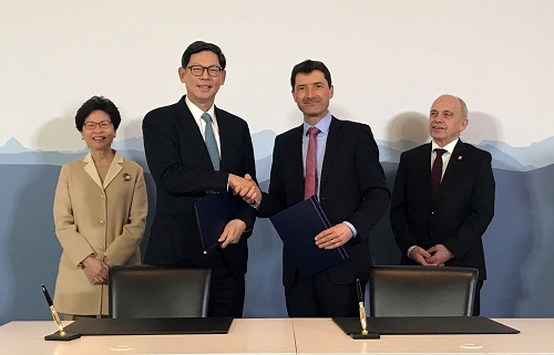 Mr Norman Chan, Chief Executive of the Hong Kong Monetary Authority (second from left), and Mr Jorg Gasser, Head of the Swiss State Secretariat for International Financial Matters (second from right) sign the Memorandum of Understanding on financial collaboration.  The signing ceremony is witnessed by Mrs Carrie Lam, Chief Executive of the Hong Kong Special Administrative Region (HKSAR) (first from left) and Federal Councillor Ueli Maurer (first from right).