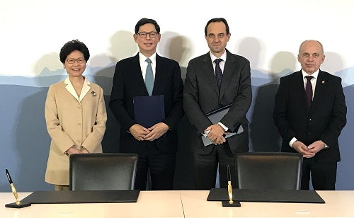 Mrs Carrie Lam and the Federal Councillor Ueli Maurer also witness the signing of the Co-operation Agreement on fintech by Mr Norman Chan and Mr Mark Branson (second from right), Chief Executive Officer of Swiss Financial Market Supervisory Authority.