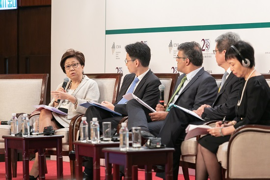 The Chairman of the Financial Services Development Council, Mrs Laura M Cha, hosts a roundtable discussion on the development of the green bond markets in Hong Kong and Mainland China at the Conference.
