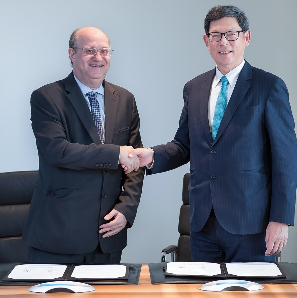 Mr Norman Chan, Chief Executive of the HKMA (right), and Mr Ilan Goldfajn, Governor of BCB, sign and exchange the Co-operation Agreement in Basel.