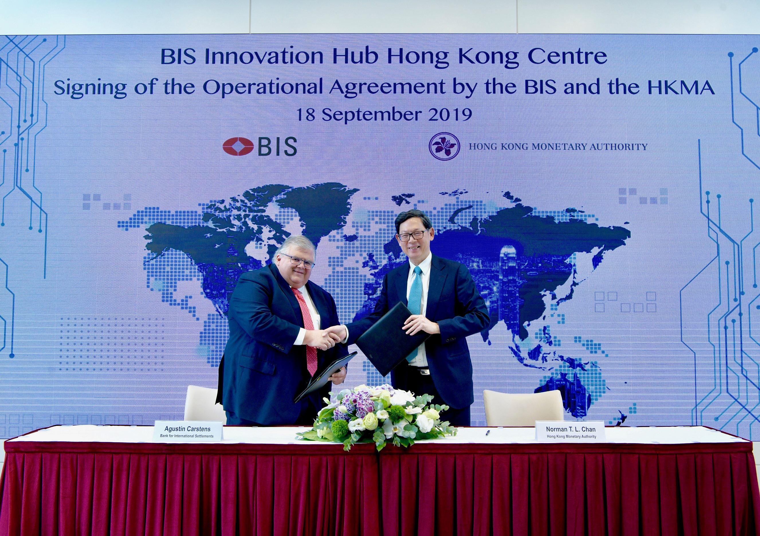 Agustín Carstens, General Manager of the BIS (left) and Norman Chan, Chief Executive of the HKMA, signed the Operational Agreement, formally marking the cooperation between the BIS and the HKMA on the BIS Innovation Hub Centre in Hong Kong.
