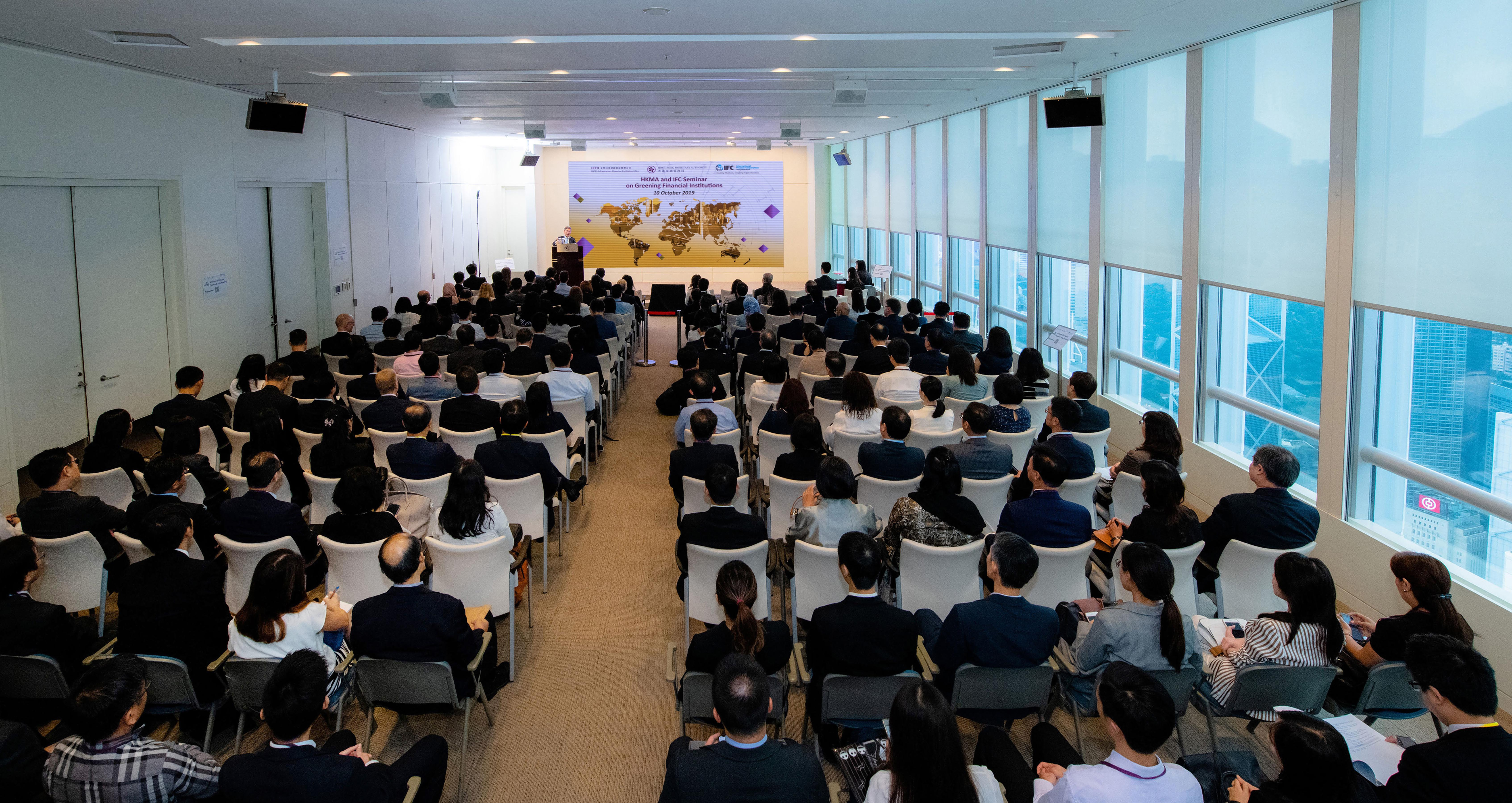 HKMA-IFFO Centre for Green Finance and IFC co-organise a seminar on Greening Financial Institutions. The seminar is attended by over 300 senior executives, comprising bankers, corporate treasurers, project developers and operators, and professional service providers.